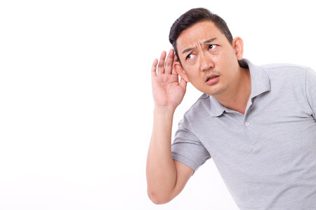 oir: curiosa escucha hombre