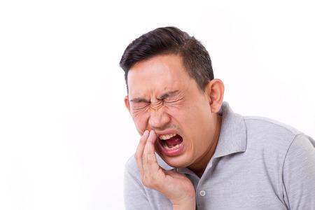 hombre que sufre de dolor de muelas, la sensibilidad dental