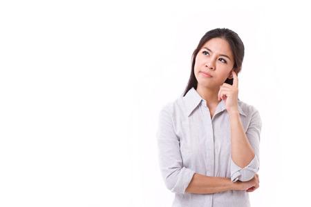 mujer reflexionando: Pensamiento de la mujer, mirando hacia arriba con expresión estresante