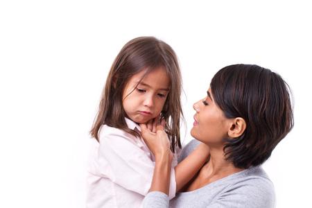 petite fille triste: mère réconfortante fille pleurer, concept de parent attentif