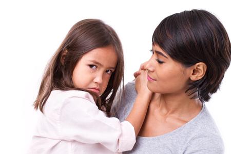 padres hablando con hijos: frustrado, llorando hija con su madre, bien cuidado, el concepto de buena familia que cuida Foto de archivo