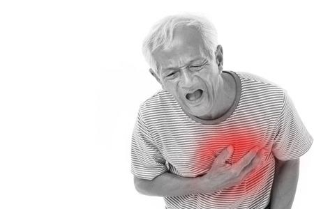 zieke oude man die lijden aan een hartaanval of ademhalingsproblemen met rode alert accent Stockfoto