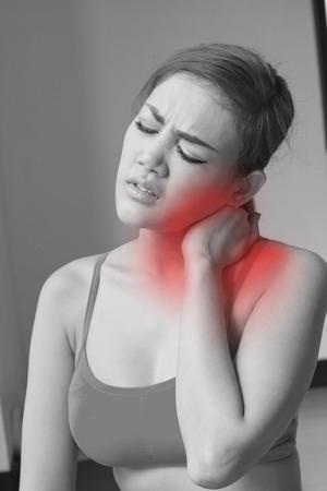 cabeza de mujer: mujer con esguince de cuello