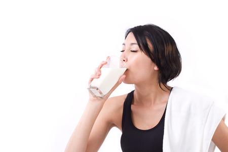 vaso de leche: bello deporte mujer beber leche