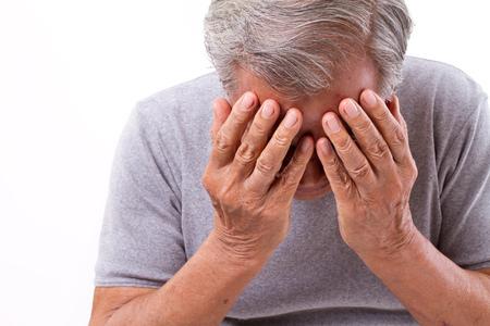 dolor de cabeza: senoir hombre que sufre de dolor de cabeza, estrés, migraña
