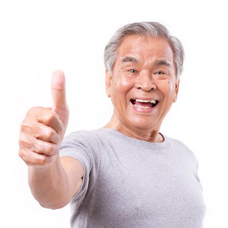 persona mayor: viejo sonriente de alto nivel que muestra el pulgar hacia arriba gesto