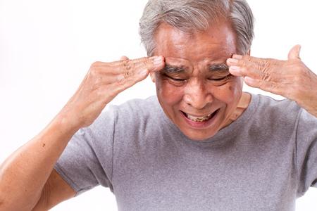 dolor de cabeza: senoir hombre que sufre de dolor de cabeza, estr�s, migra�a