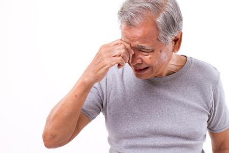 senoir man die lijdt aan hoofdpijn, stress, migraine