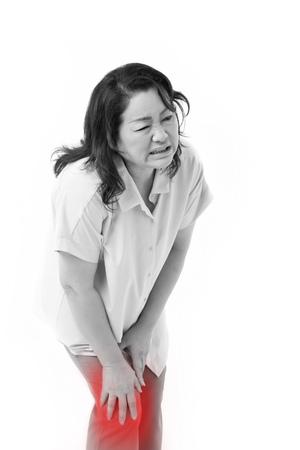 artritis: mujer de mediana edad que sufren de dolor en la rodilla, lesión de la articulación o la artritis Foto de archivo