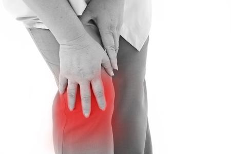 dolor muscular: mujer de mediana edad sufren de dolor de rodilla, lesión articular o artritis, tenencia rodilla mano