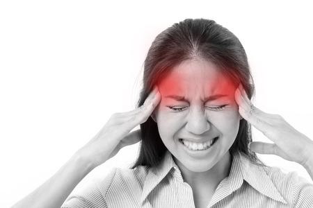 mujer sufre de dolor de cabeza, migraña