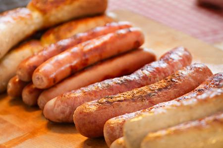 comida alemana: deliciosa salchicha, a la parrilla o barbacoa