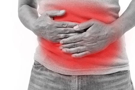 dolor de estomago: la mano del hombre mayor que sostiene el estómago sufren de dolor, diarrea, problemas indigestas Foto de archivo