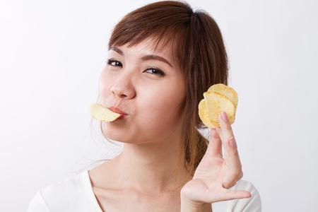 papas: mujer comiendo patatas fritas frito Foto de archivo