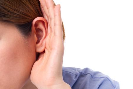 escuchar: mujer con pérdida de audición o con problemas de audición