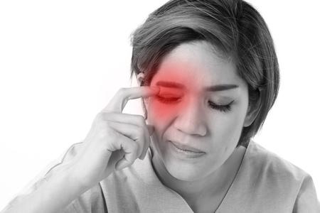 vrouw die lijden aan oogirritatie, ontsteking