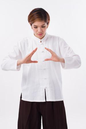 アジアの女性の静かな、強力な自信を持って実践武術気功、胸部濃度