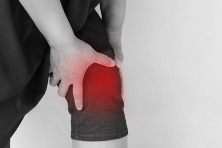 무릎 통증, 관절 부상 또는 관절염으로 고통받는 중년 여인