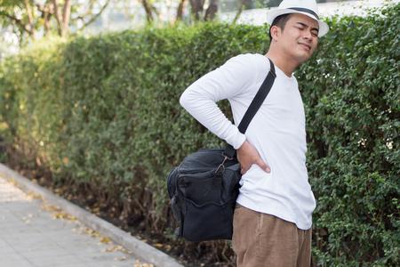 Rugpijn man met zware tas Stockfoto - 79300864