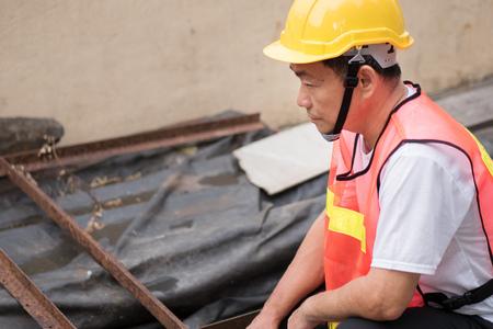 Bauarbeiter Inspektion Haufen von Rohmaterial