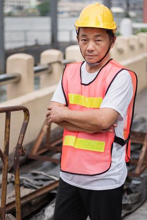 gewerkschaft: construction worker standing with pile of raw material