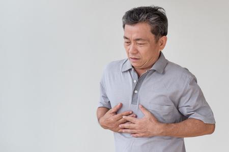Zieke oude man zure reflux, maagzuur, hartaanval Stockfoto - 83220282