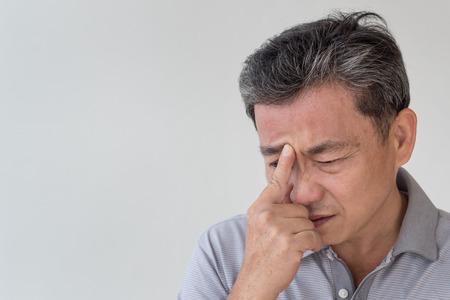 아픈 늙은 노인 두통, 현기증, 부비동 염증, 편두통