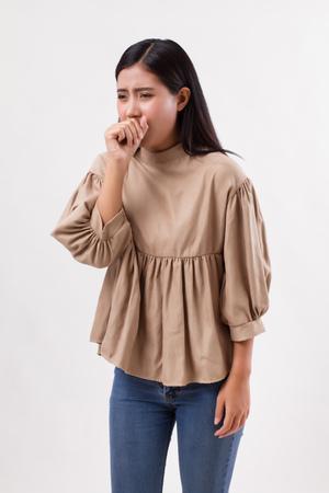 Zieke vrouw hoest met kou of zere keel