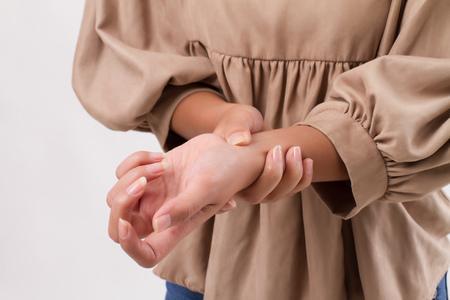 Mujer que sufre de dolor en las articulaciones de la muñeca, la artritis, la gota Foto de archivo - 85327895