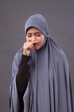 muzułmańska kobieta złapała zimny, katar Zdjęcie Seryjne