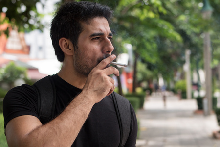 Hombre asiático, fumador, fumar, cigarrillo Foto de archivo - 88633938
