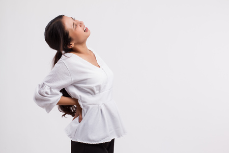 vrouw die lijdt aan rugpijn, backbone of spinale spierblessure Stockfoto