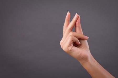ręka, trzaskanie palcem studio na białym tle