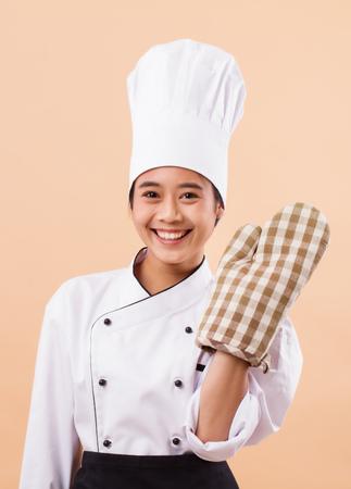 幸せな笑顔の女性パン屋の肖像画 写真素材 - 93155035