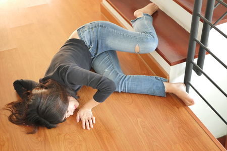 soman falling down, dangerous situation, bad day, injury, insurance concept 免版税图像