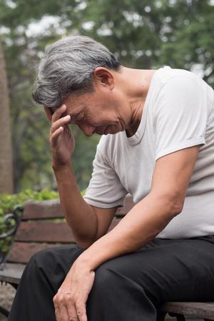 공공 공원, 도시 빈곤 개념에 앉아 슬픈 희망이 좌절 된 오래 된 은퇴 한 고위 남자