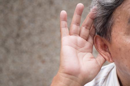 LTerer alter Mann, der Informationen hört oder hört Standard-Bild - 94611120