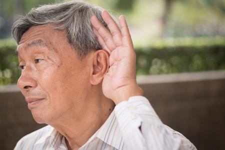 senior old man listening Foto de archivo