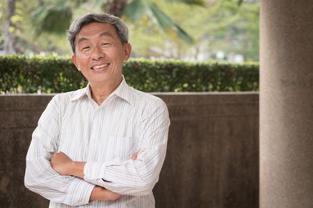 Feliz sorridente confiante retrato de homem sênior Foto de archivo - 94381349