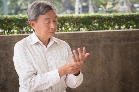 고위 남자는 방아쇠 손가락, osteoperosis, 관절염, 부상, 염증, 통풍, 류마티스와 노인에서 고통을