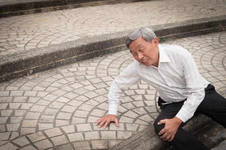 upadek starca, wypadek seniora Zdjęcie Seryjne