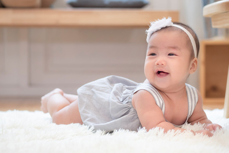 cute happy healthy laughing baby crawling on home floor Reklamní fotografie - 122587110