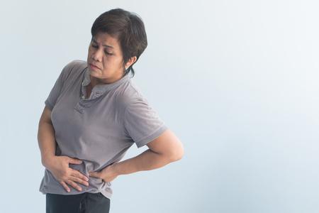 donna anziana malata che soffre di dolore pelvico, rigidità dell'anca, gotta, reumatoide, osteoporosi