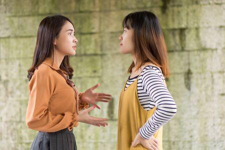 deux femmes ayant un conflit, se disputant