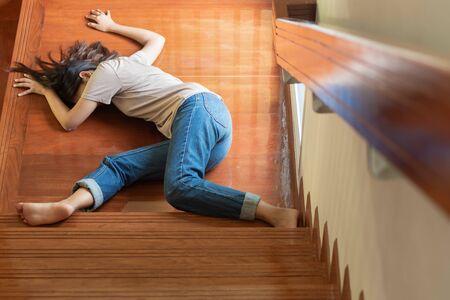 bewusteloze vrouw valt van trap Stockfoto