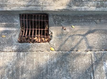 desague: Suelo de hormigón viejo con drenaje Foto de archivo