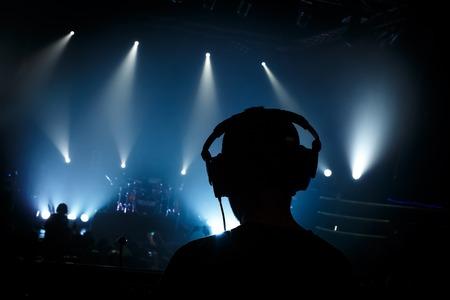 GERENTE: Negro silueta gestor de sonido en concierto de rock Foto de archivo