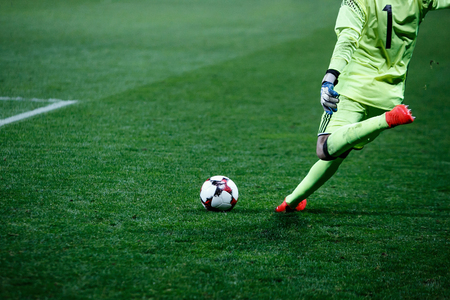 arquero de futbol: Fútbol, ??portero de fútbol golpea la bola durante el partido
