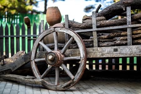 carreta madera: Old wooden cartwheel from close-up. Vintage farm wagon Foto de archivo