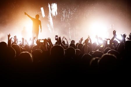 Rock concert. Leider op het podium. Silhouet van de menigte voor het podium Stockfoto